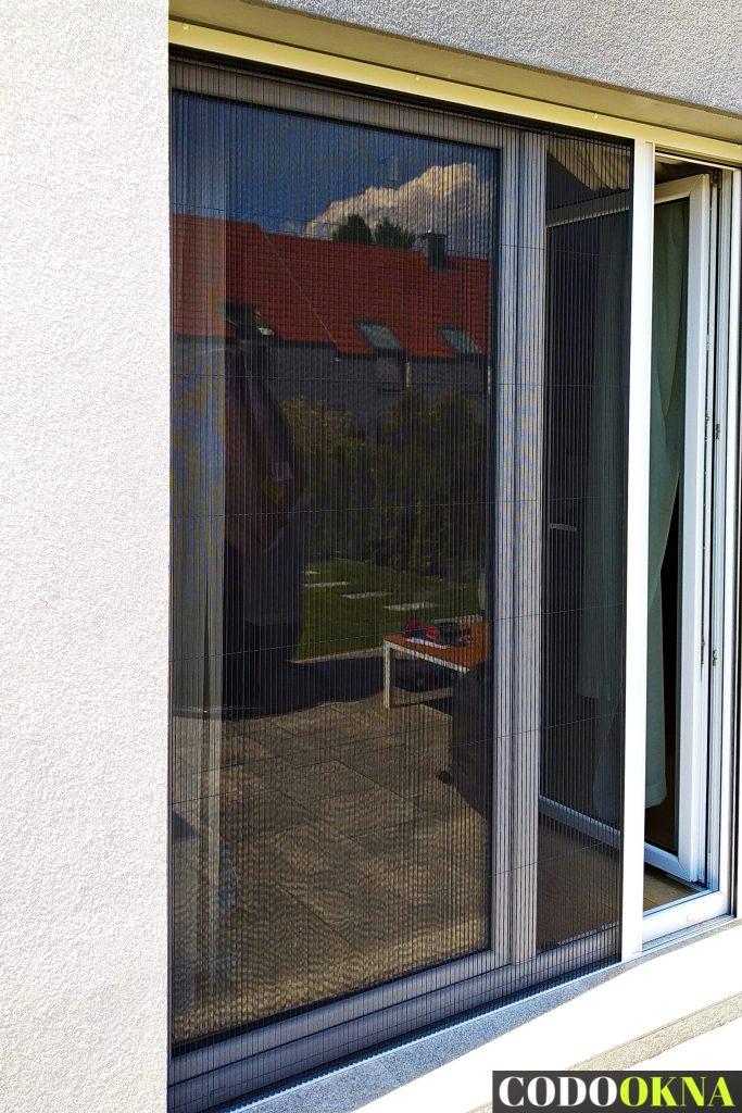 Moskitiera przesuwna w oknie tarasowym