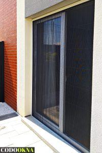 Moskitiera przesuwna w oknie balkonowym